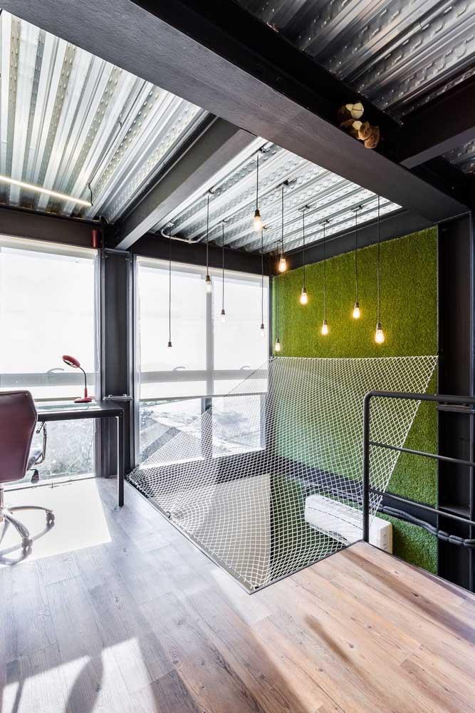 O escritório ganhou um tom mais acolhedor com o piso vinílico amadeirado