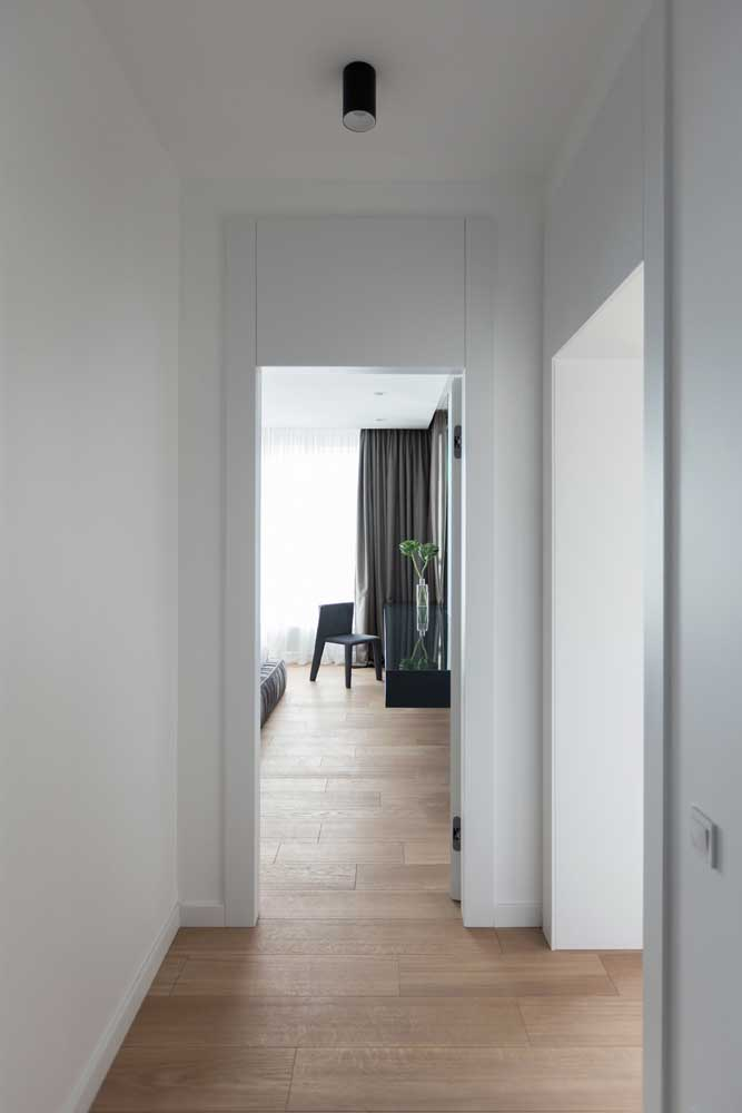 Já que o vinílico pode ser utilizado em quase todos os ambientes da casa é natural encontrar projetos em que ele é visto ao longo de todos cômodos