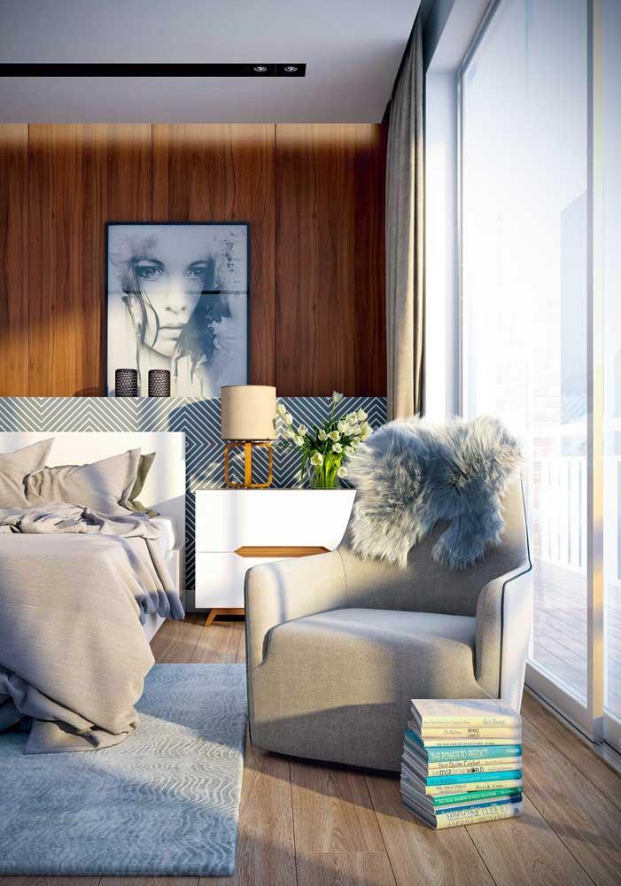 Piso vinílico com design em madeira natural para o quarto; repare na sensação de conforto que o piso transmite ao ambiente