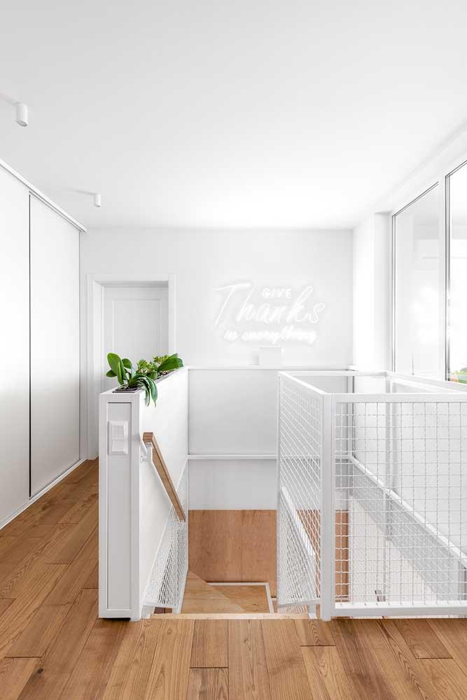 Corredores e escadas também recebem muito bem o piso vinílico