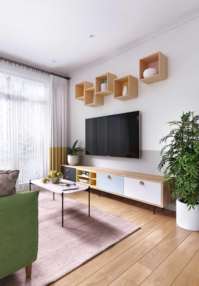 Sala de estar com detalhes em madeira na mesma tonalidade do piso vinílico