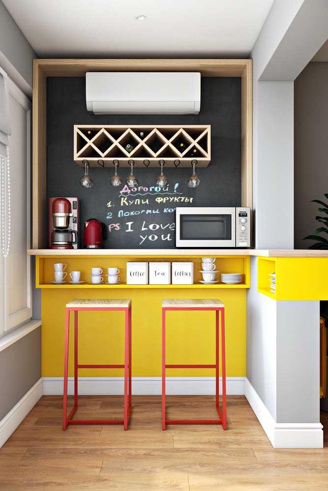Uma cozinha super compacta que ficou ainda mais bonita com a escolha do piso vinílico