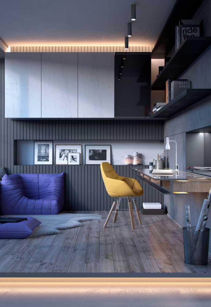 Um espaço despojado que recebeu o piso vinílico em sua concepção; destaque para a luz sob o piso