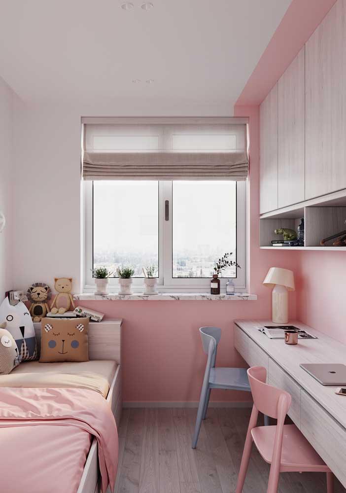 Piso vinílico em réguas para o quarto de uma adolescente; o aspecto amadeirado do piso traz conforto ao ambiente