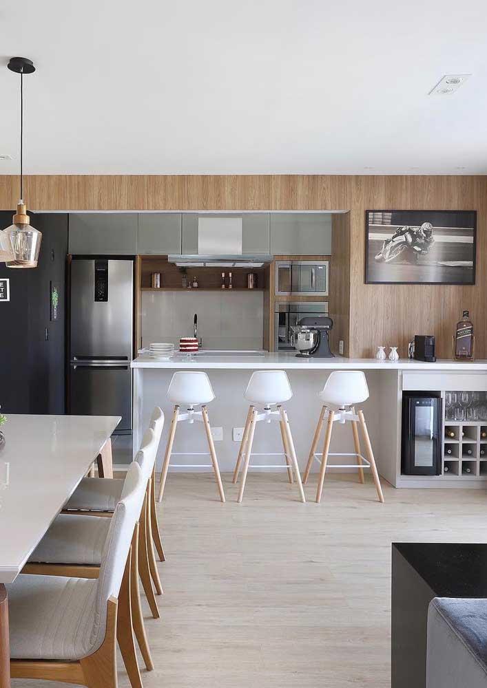 Perfeito para ambientes integrados, o piso vinílico ficou incrível na cozinha e sala de jantar de estilo clean