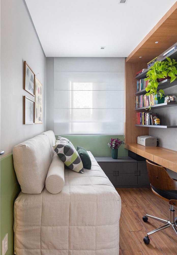 O pequeno quarto também ganhou destaque com o piso vinílico amadeirado em tom médio