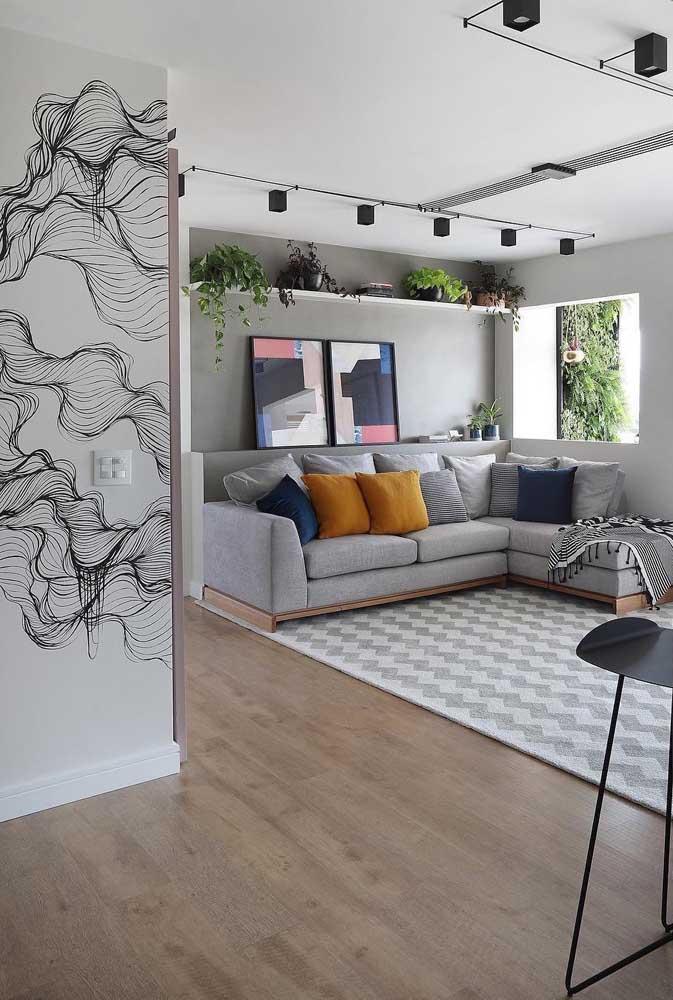 A escolha do tapete fez toda a diferença no contraste com o piso vinílico desta sala de estar