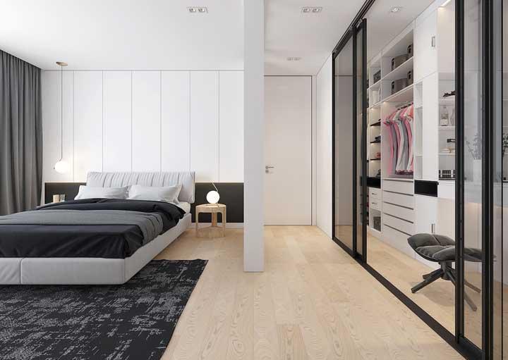Aqui, o piso se estende por todo o quarto até chegar ao closet