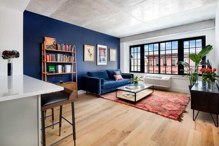 Uma inspiração essa sala de estar integrada à cozinha americana que mescla o estilo industrial com o boho, aqui, o piso vinílico amadeirado em tom natural fez toda a diferença