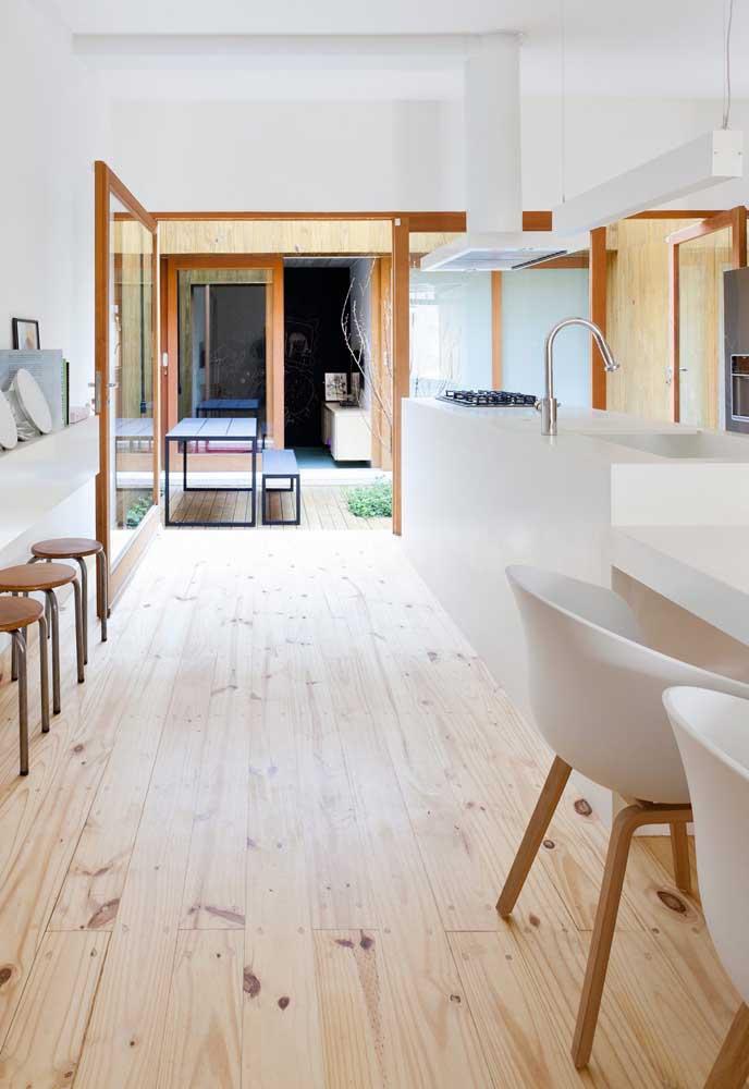 A imitação de madeira de pinus no piso vinílico garantiu um aspecto mais rústico e jovial para a cozinha