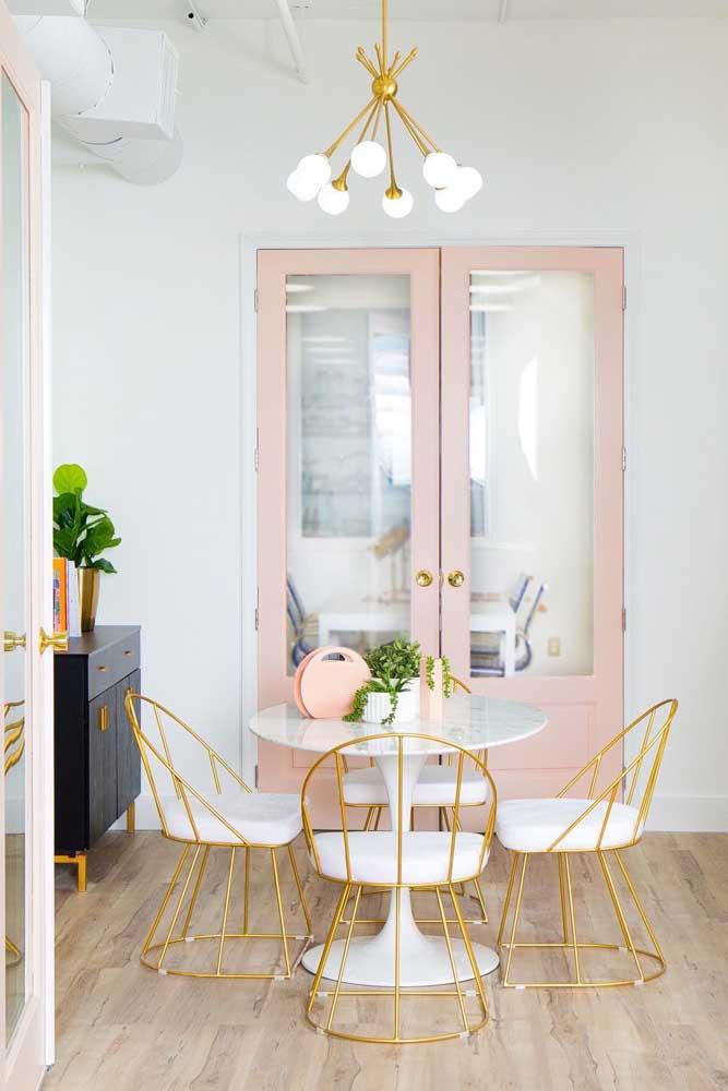 Porta de vidro com folha dupla tradicional e moldura rosa integrando a sala de jantar em estilo clássico e romântico