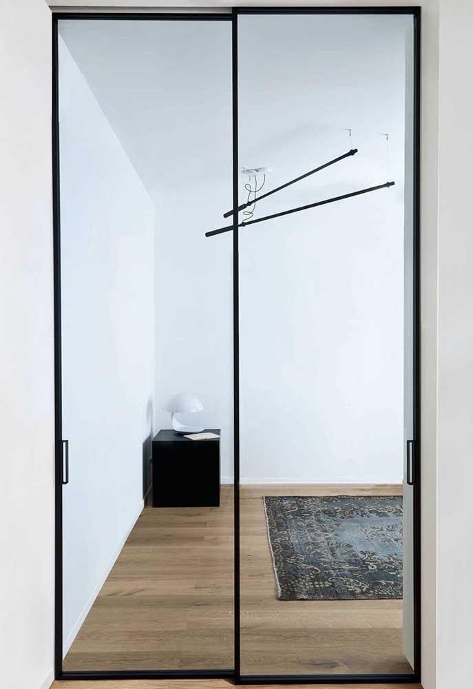 Porta de vidro de correr com duas folhas trazendo amplitude entre ambientes