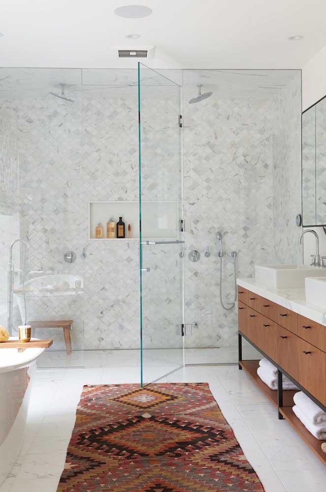 Box com porta e parede de vidro: elegância e muito charme para o banheiro