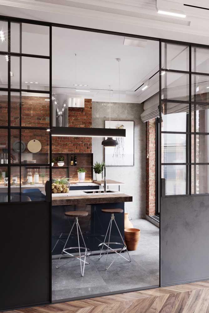 Porta de vidro delimitando ambientes integrados e a cozinha