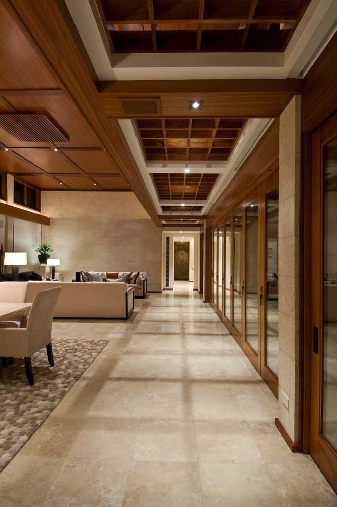 Corredor com portas de vidro: um luxo de transparência e luminosidade