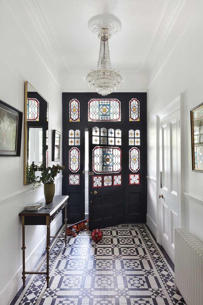 Porta de madeira com vitral colorido: estilo e personalidade na entrada da casa