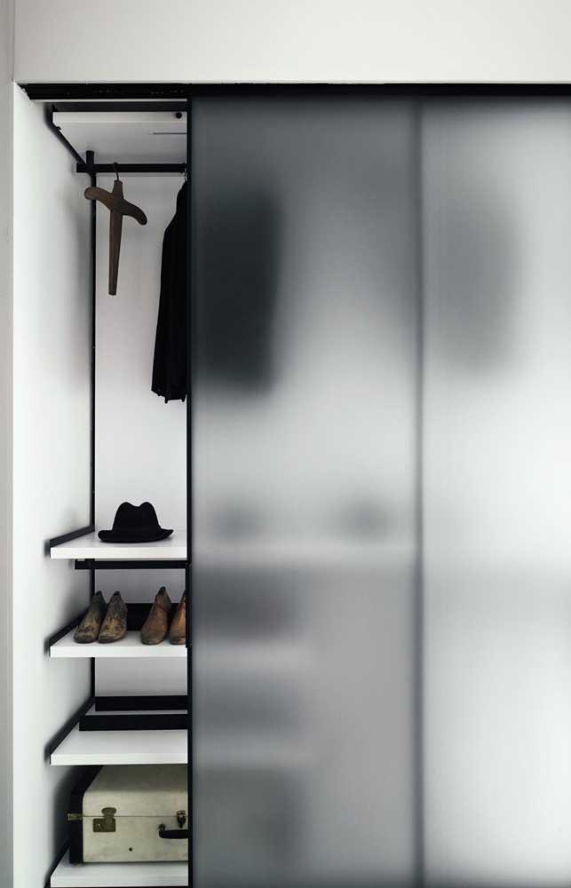 Para o closet, a opção foi por uma porta de armário em vidro jateado que ofusca a visibilidade do interior