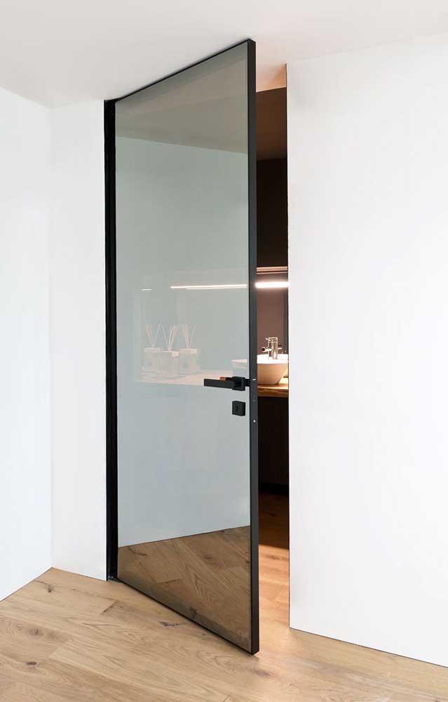 A película espelhada da porta garante um toque moderno para o quarto