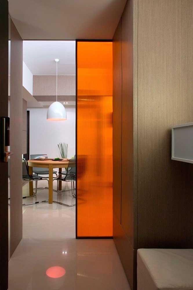 Porta de vidro laranja, garantindo mais modernidade e descontração ao ambiente