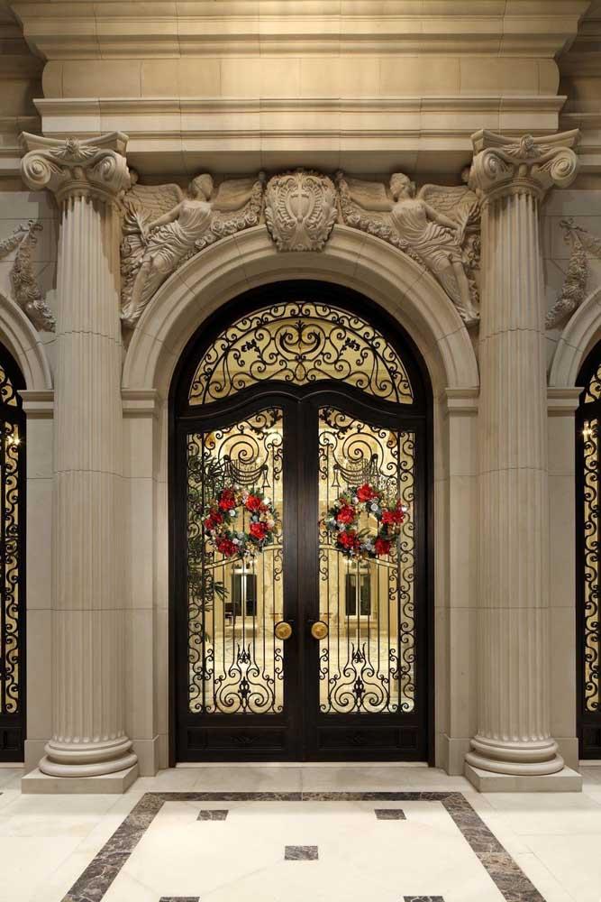 Clássica, essa porta de vidro traz uma moldura em madeira e detalhes desenhados com ornamentos em ferro, formando um design único e luxuoso