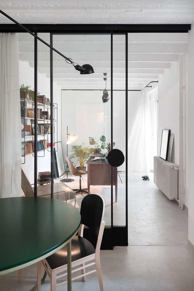 Porta de vidro atuando como divisória em ambientes integrados e escritório