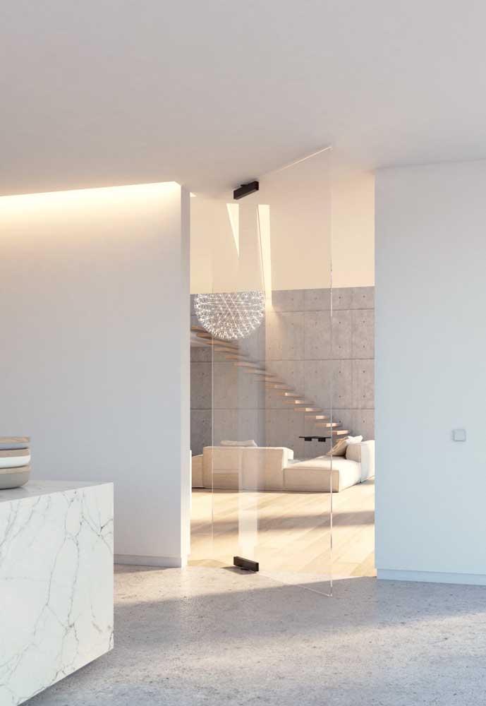 Muito delicada, essa porta de vidro com abertura pivotante em vidro traz uma agradável sensação de amplitude do ambiente