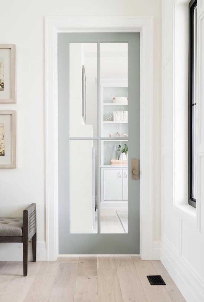 Porta de vidro com moldura em madeira e cores leves para combinar com o ambiente clean