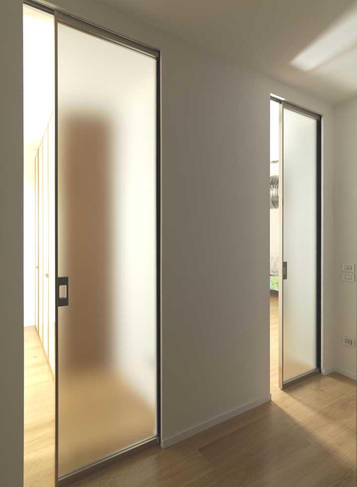O vidro jateado traz delicadeza e leveza para os quartos sem sacrificar a privacidade dos moradores