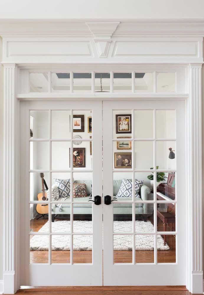 A moldura quadriculada garante um estilo clássico para essa porta de vidro