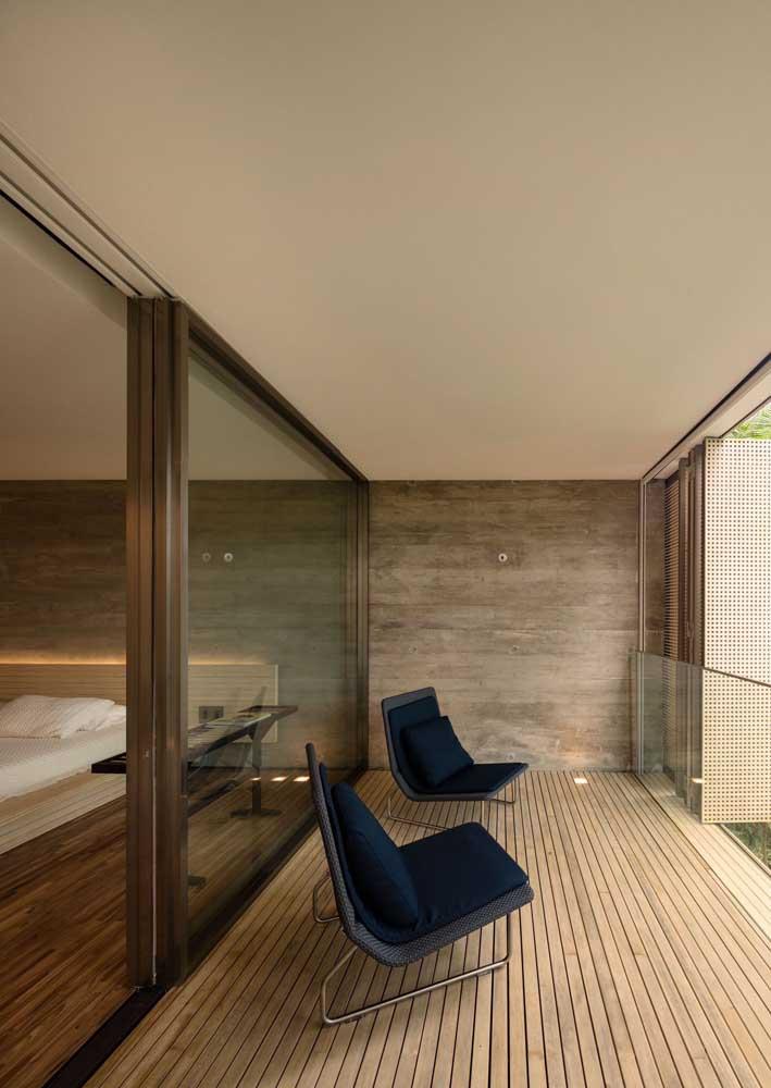Quarto e varanda integrados pela porta de vidro de correr