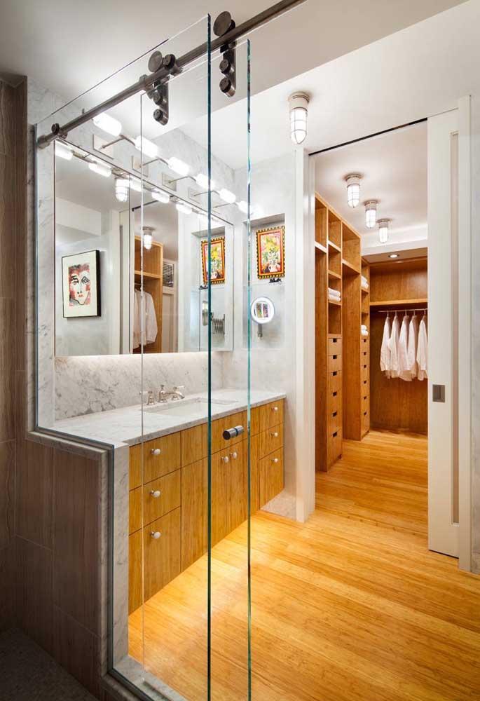 Box de vidro com roldonas aparentes; para o closet, outra porta de vidro