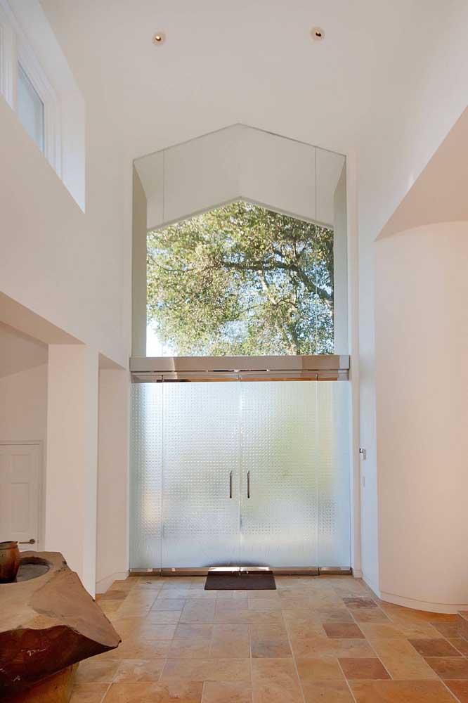 Vidro jateado para a porta e vidro transparente para cobrir o vão logo acima