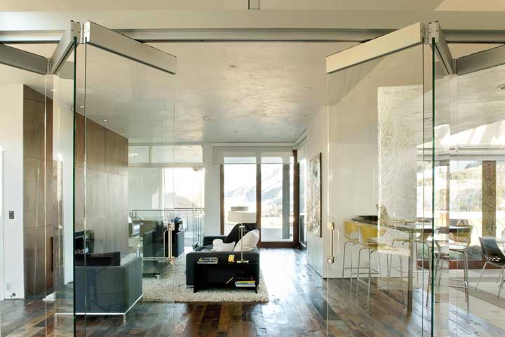 Portas de vidro dobráveis para facilitar a delimitação de ambientes integrados