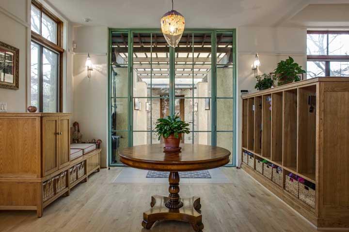 Aposte em uma cor diferenciada para a moldura da porta de vidro, especialmente em ambientes de estilo rústico