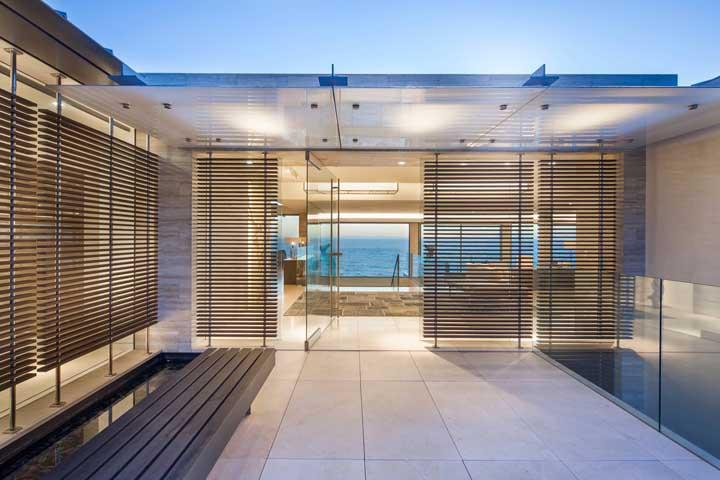Portas de vidro com persianas: regule a entrada de luz como e quando quiser