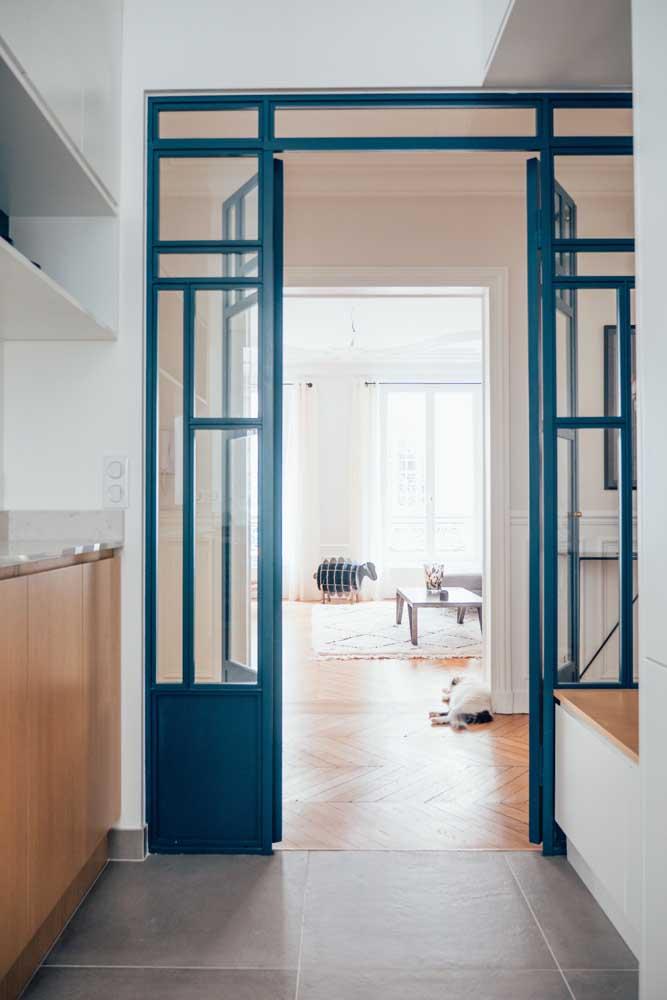 Porta de vidro com moldura alegre e colorida, em duas folhas, garantindo integração dos ambientes