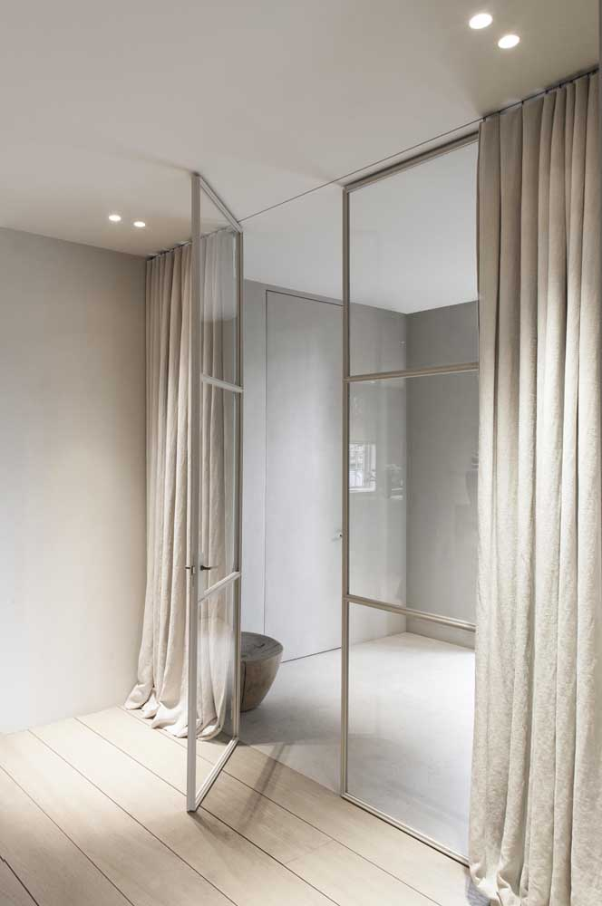 Porta de vidro com cortina Blackout: iluminação natural ou a opção de deixar o ambiente escuro