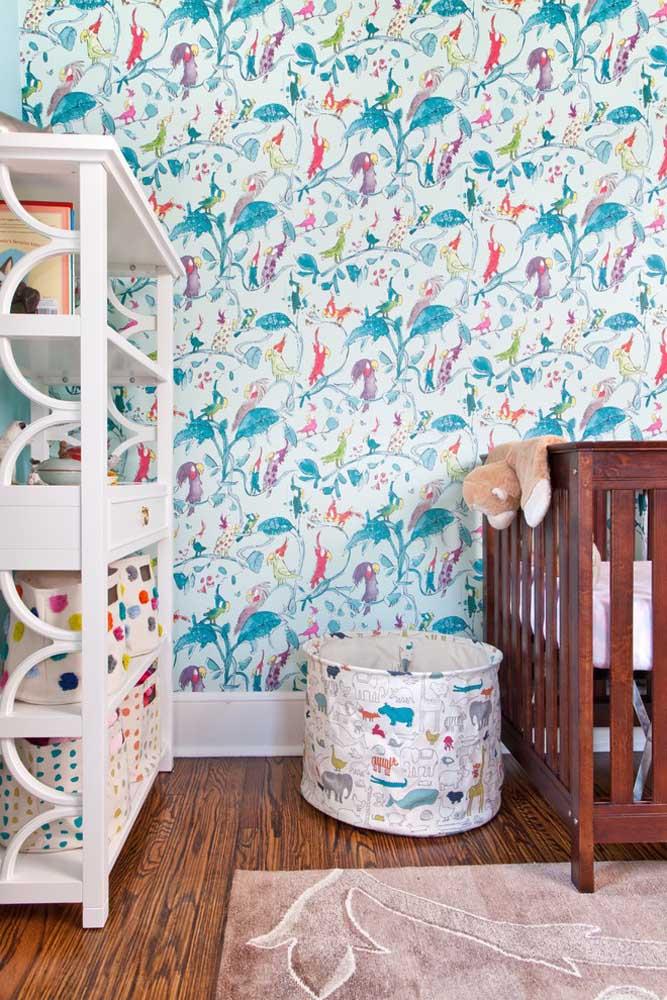 Aposte no papel de parede com desenhos coloridos e infantis. Aproveite para usar alguns elementos decorativos que acompanham o mesmo estilo.