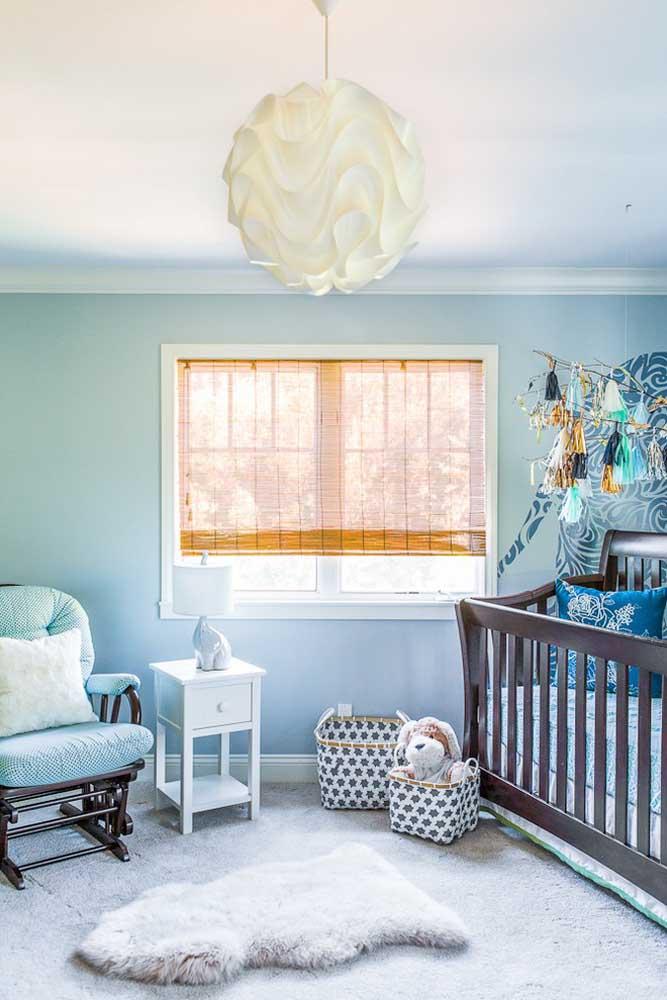 Não é porque o bebê é uma menina que você não pode usar a cor azul na decoração do quarto.