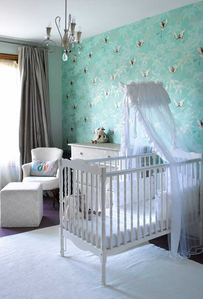 A cor Tiffany é uma das mais usadas na decoração do quarto de bebê feminino. Você pode usá-la no papel de parede onde o berço fica encostado.