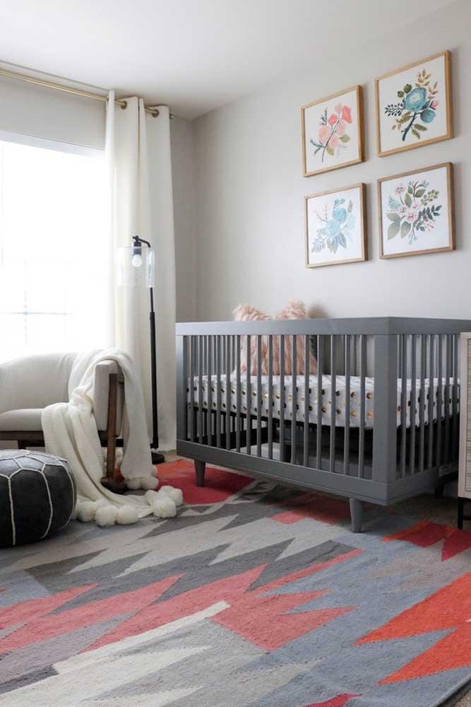 Para ter um quarto de bebê mais sofisticado, use um tapete com desenhos geométricos com cores que combinem com o restante da decoração.