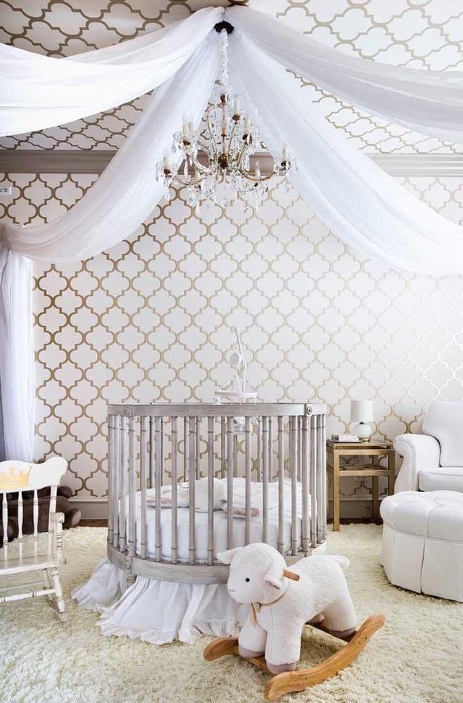 Adotando um estilo mais clássico, decore o teto com tecidos finos e leves, invista em um berço mais tradicional e coloque um papel de parede com detalhes em dourado.