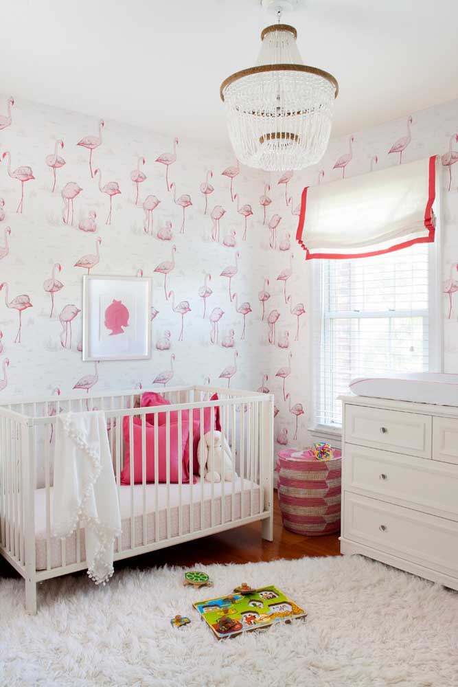 Já é uma tradição decorar os quartos de bebê feminino usando as cores branca e rosa. Siga o estilo e coloque um papel de parede no mesmo tom.