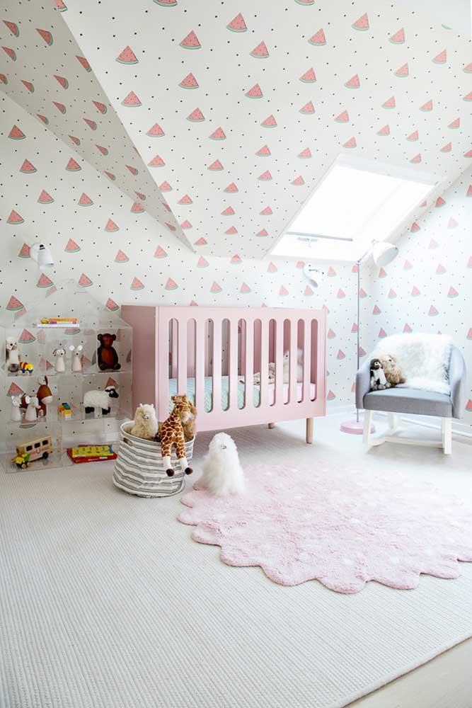 Nesse modelo de quarto é possível usar um papel de parede que cubra até o teto, deixando a decoração mais completa.