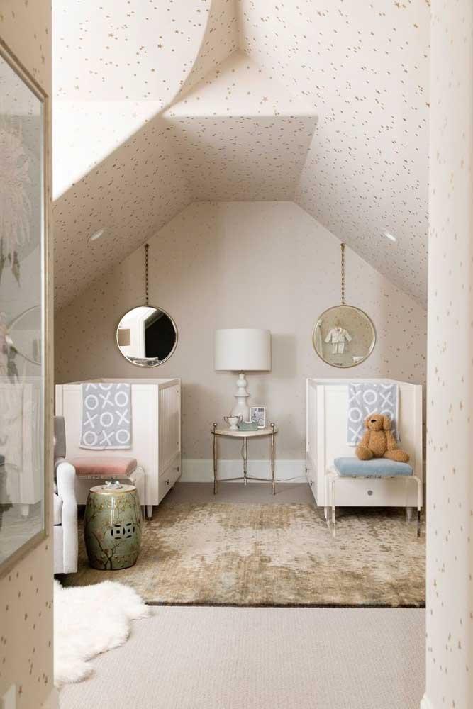 Como o espaço do quarto é pequeno, use um papel de parede com uma cor mais suave para o ambiente ficar mais amplo.
