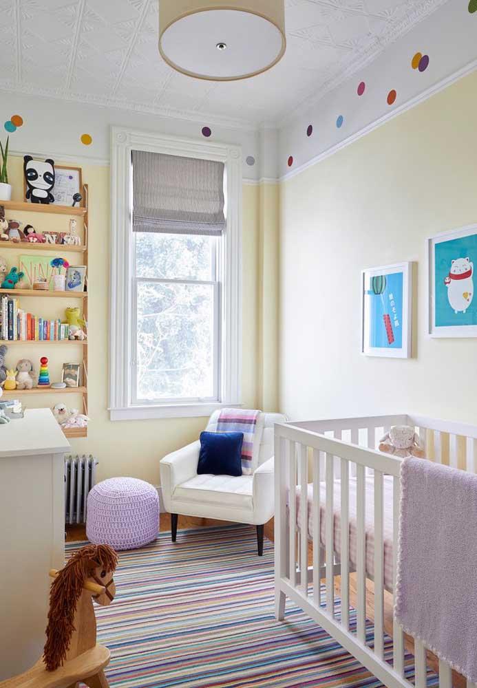Nessa decoração, o colorido predomina nos pequenos detalhes como os adesivos na parede e a estampa do tapete.
