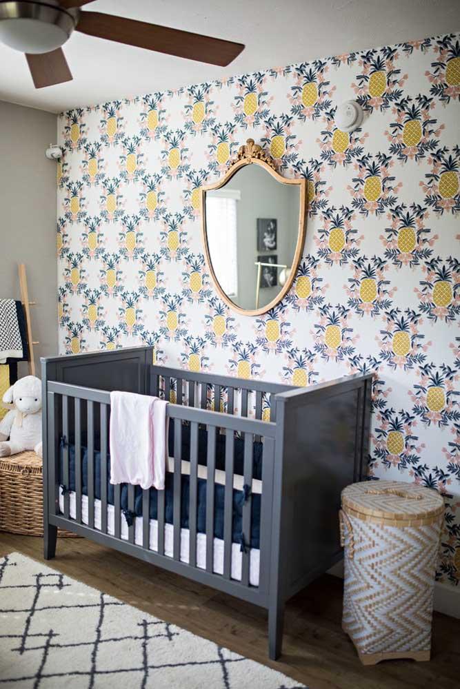 Que tal fazer jus ao título de princesa da casa? Para isso, use um papel de parede com desenhos de abacaxi e coloque um espelho real bem no centro da parede.