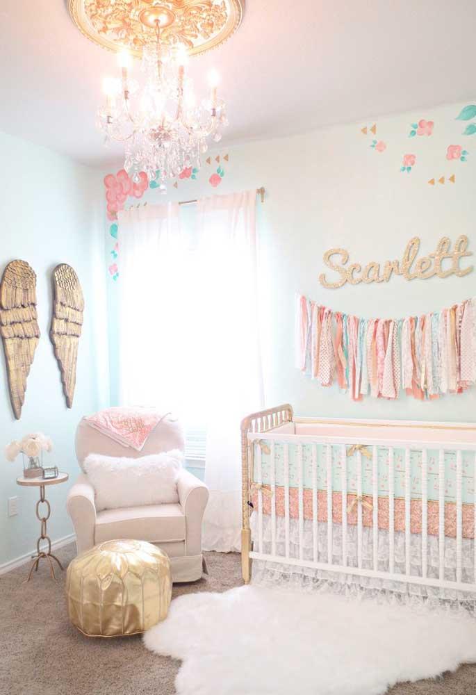 Quem disse que você não pode fazer uma mistura de cores no quarto do bebê? Para isso, saiba escolher muito bem as peças de decoração do espaço.