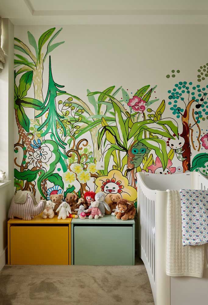 Que tal produzir uma floresta encantada na parede do quarto do bebê? Você pode usar adesivos ou pedir para pintar.