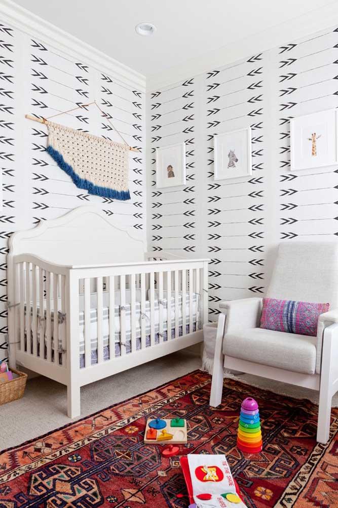 Se a intenção é fazer uma decoração mais personalizada, use um papel de parede com estampa diferenciada e aposte em um tapete com características indianas.